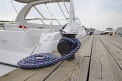 Förtöja repet med ett knutit slut som binds runt om en dubb Royaltyfri Fotografi