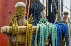 Förtöja repet som binds på pollarna av det gamla träskeppet Arkivfoto