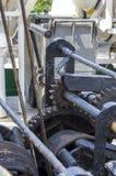 Förtöja repet som binds på pollarna av det gamla träskeppet Royaltyfri Fotografi
