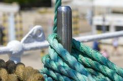 Förtöja repet som binds på pollarna av det gamla träskeppet Arkivbild