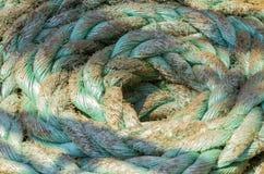 Förtöja repet som binds på pollarna av det gamla träskeppet arkivfoton