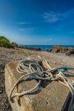 Förtöja repet som binds på sandstranden royaltyfri bild