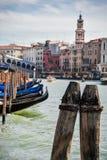 Förtöja stolpar och gondoler på Grand Canal royaltyfri bild