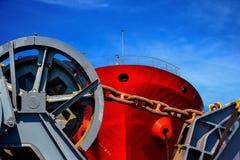 Förtöja vinschen av stort med den stora kedjan och rostigt på det framåt skeppet royaltyfri bild
