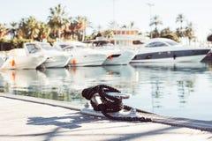 Förtöja yachtrepet som binds runt om en dubb arkivfoto