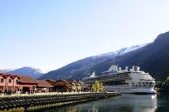 Förtöjd @ fjord för kryssningskepp, Norge Royaltyfri Fotografi
