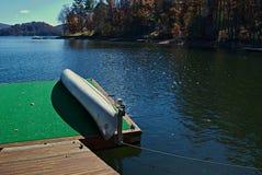 förtöjd kanotdock royaltyfria foton