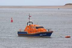 Förtöjd livräddningsbåt Arkivfoton