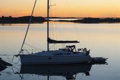 Förtöjd sailingboateveninglight Sverige Royaltyfri Fotografi