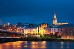 förtöjd sikt för nattportship Derry Londonderry Nordligt - Irland förenat kungarike royaltyfria bilder