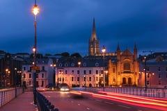 förtöjd sikt för nattportship Derry Londonderry Nordligt - Irland förenat kungarike royaltyfri foto