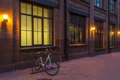 förtöjd sikt för nattportship industriellt byggande E r Rött tegelstenhus afton Royaltyfri Fotografi