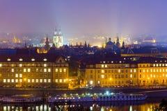 förtöjd sikt för nattportship Kyrka av vår dam för Tyn (Chram Matky Bozi pred Tynem) Tjeckien första gotiska byggnad i Bohemia, o Royaltyfria Foton