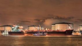 förtöjd tankfartyg på invallningen av Illuminated den petrokemiska fabriken, port av Antwerp, Belgien royaltyfri foto