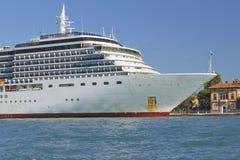 förtöjd utländsk ship för kryssning hamn Arkivbilder