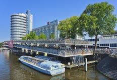 Förtöjde cykelparkering och turnerar fartyget i Amsterdam. arkivbilder