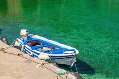 Förtöjde det motoriska fartyget för det öppna däcket i färg av den grekiska flaggan i slags tvåsittssoffa Royaltyfri Foto