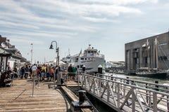 04 09 Förtöjde familjer 2017 och fartyg för Boston Massachusetts USA folkvardagsliv den långa hamnplatsmitten för pir av Boston Arkivbilder