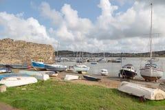 Förtöjde fartyg och jollar i den Conwy hamnen i norr Wales UK arkivbild