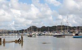Förtöjde fartyg och jollar i den Conwy hamnen i norr Wales UK royaltyfri bild