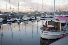 Förtöjde fartyg och yachter på den privata marina på livsstilen för lyx för sjösidakustsemesterort Royaltyfria Bilder