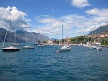 Förtöjde fartyg på sjön Garda - materielbild Arkivfoton