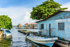 Förtöjde fartyg, Rio Dulce, Livingston, Guatemala Royaltyfria Foton