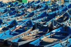Förtöjde fisherboats i essaouiraen, Marocko Arkivfoto