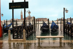 Förtöjde gondoler i Venedig Arkivfoto