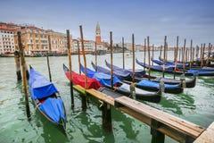 Förtöjde gondoler på skeppsdockan i Venedig Royaltyfri Bild