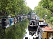 Förtöjde kanalfartyg Arkivfoto