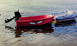 Förtöjde seglingjollar isolerat royaltyfri bild