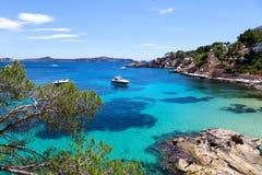 Förtöjde yachter i Cala Fornells, Majorca Arkivbild