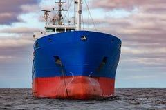 Förtöjt blått lastfartyg Royaltyfri Foto
