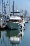 Förtöjt fartyg och dess reflexion royaltyfri foto