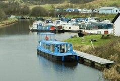 Förtöjt kanalfartyg i handfat Arkivfoton