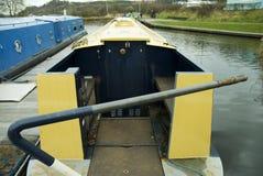 Förtöjt kanalfartyg i handfat med rorkulten Arkivfoto
