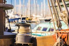 Förtöjt nautiskt rep på vinschen på däck av den gamla segelbåten arkivfoto