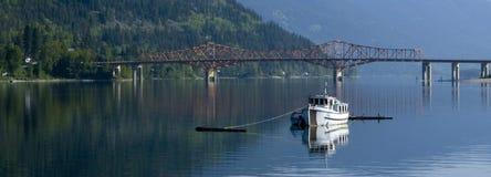 förtöjt panorama- vatten för fartyg fiske royaltyfri fotografi