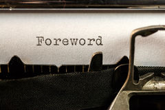 Förtexttext som är skriftlig vid den gamla skrivmaskinen Arkivfoton
