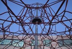 Förtjäna av rep mot en blå himmel Arkivbild