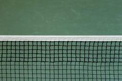 Förtjäna av tennisbanan på grön väggbakgrund royaltyfri foto