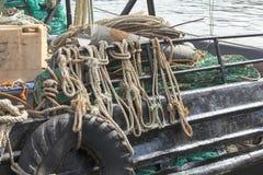 FÖRTJÄNA och rep för fiskebåt Royaltyfria Foton