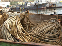 FÖRTJÄNA och rep för fiskebåt Arkivbilder