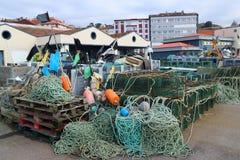Förtjänar och fällor i hamnen Arkivfoto