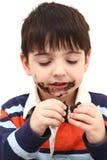 förtjusande äta för pojkekakor royaltyfri fotografi