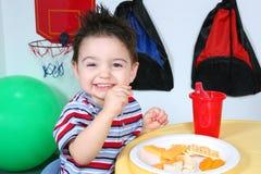 förtjusande ätapreschoolermellanmål Arkivfoto