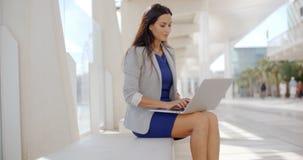 Förtjusande affärskvinna som arbetar på datoren Arkivbild