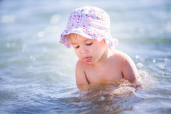 Förtjusande barn på en strand Arkivbild