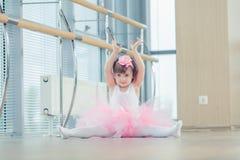 Förtjusande barn som dansar klassisk balett i studio Arkivbilder